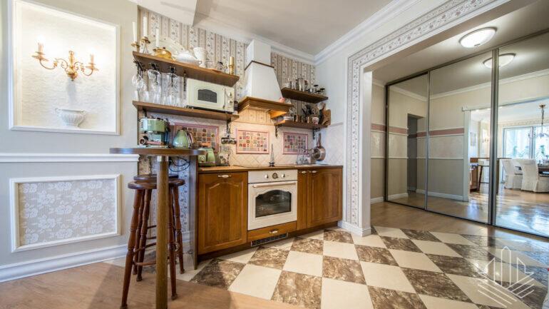 Fotod: Lasnamäe vanas paneelikas on koos mööbliga müüa väga ebatavaline kodu